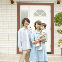 玄関前で微笑む家族