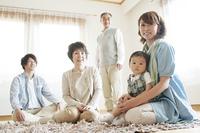リビングでくつろぐ3世代家族