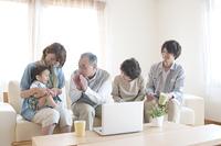 3世代家族の団らんイメージ