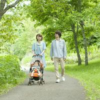 新緑の中を歩く家族
