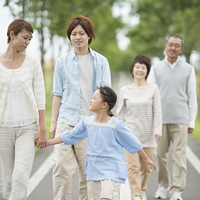 一本道を歩く3世代家族
