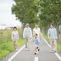 走る女の子を見守る家族