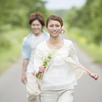 一本道を走るカップル