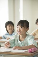教室で授業を受ける小学生