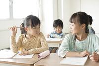 教室で話をする小学生