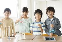 実験器具を持つ小学生