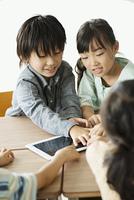 タブレットPCを操作する小学生