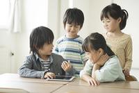 タブレットPCを見る小学生