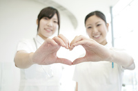 手を合わせハートを作る看護師