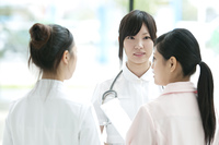 ミーティングをする看護師