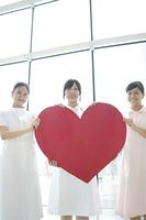 ハートを持つ3人の看護師