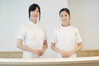 受付で微笑む2人の女性