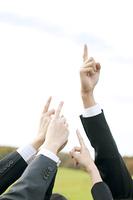 指を指すビジネスマンとビジネスウーマンの手元