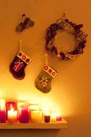 壁に飾り付けたクリスマスグッズとキャンドル