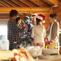 クリスマスパーティーを楽しむ若者たち