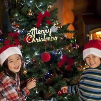 クリスマスツリーに飾り付けをする子供たち