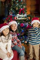 クリスマスツリーの前で微笑む子供達