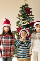 サンタクロースのヒゲを付けた子供たち