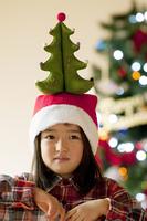 頭の上にクリスマスツリーを乗せる女の子