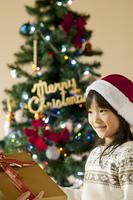 クリスマスプレゼントを受け取る女の子