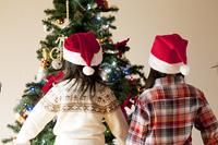 クリスマスツリーを見る子供たちの後姿