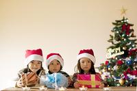 プレゼントを持つ3人の子供たち