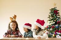 サンタ帽とトナカイの角をつけた女の子たち