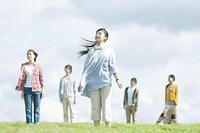 草原に立つ若者たち