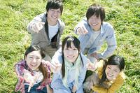 草原でジャンケンをする若者たち