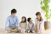 床に座る4人家族