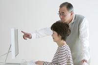 パソコンを使うシニア夫婦