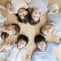 床に寝転ぶ3世代家族