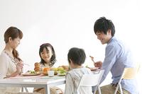 4人家族の朝食風景