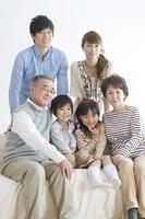 ソファーに座る3世代家族