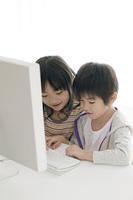 パソコンを使う子供たち