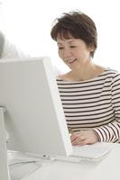 パソコンを使うシニア女性