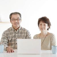 パソコンをするシニア夫婦