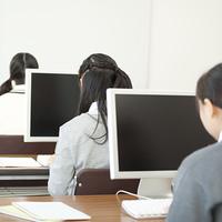 パソコンを操作する中学生の後姿