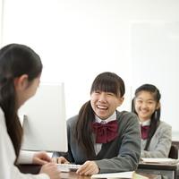 パソコンルームで談笑をする中学生