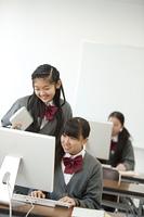 パソコンの周りで談笑をする中学生