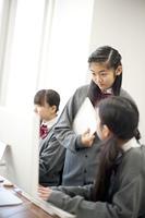 パソコンの画面を見る中学生