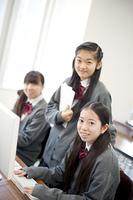 パソコンルームで微笑む中学生