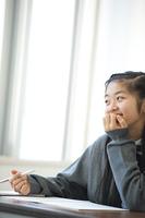 教室で微笑む中学生