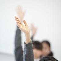 手を挙げる中学生の手元