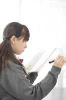 ホワイトボードに数式を書く中学生