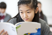 勉強をする中学生