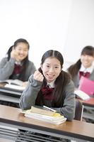 ガッツポーズをする中学生