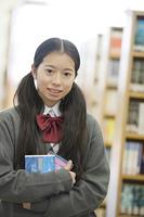 図書館で微笑む中学生