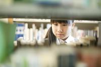 図書館で本を選ぶ中学生