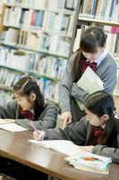 図書館で勉強をする中学生